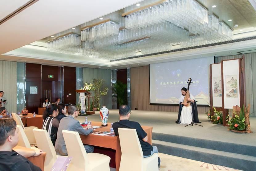 图片包含 室内, 天花板, 建筑物, 餐桌  描述已自动生成