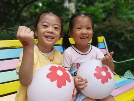 小孩们在玩耍  中度可信度描述已自动生成